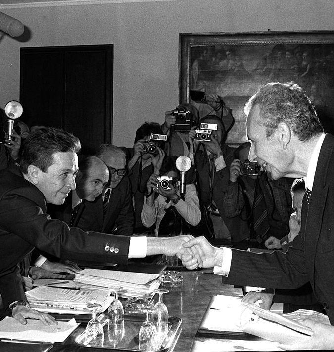 Aldo Moro stringe la mano a Enrico Berlinguer